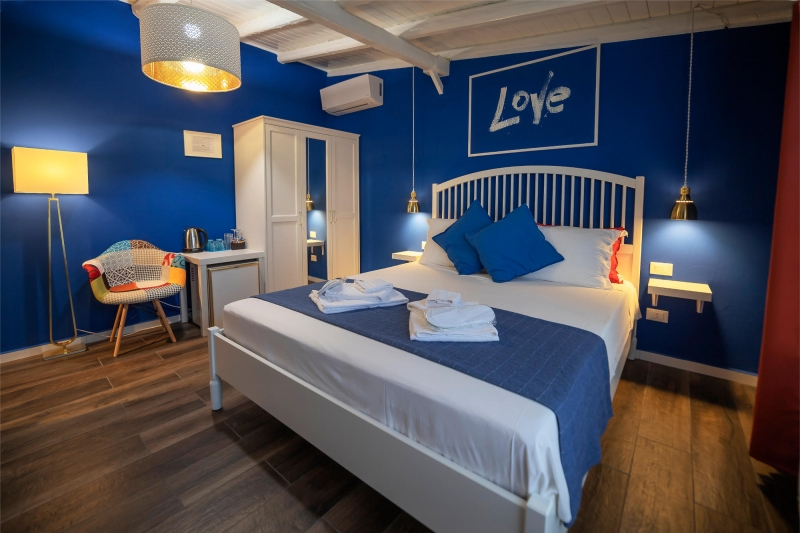 Le Saline B&B Siracusa Blue Room: double bed and furnishings